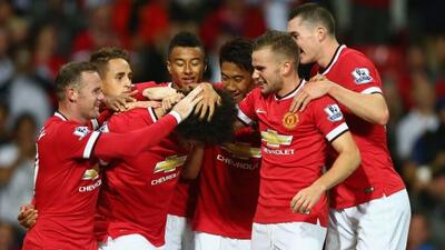 Fellaini es abrazado por sus compañeros luego de, en los segundos finale...