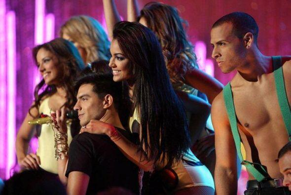 El show empezó con tremendo show, en el que Paty Cantú can...