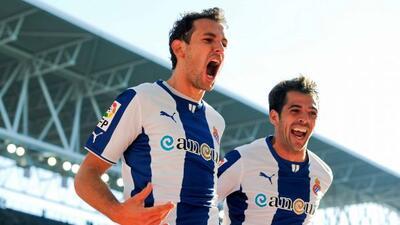 El uruguayo Stuani (izquierda) salvó el triunfo de los 'Periquitos'.