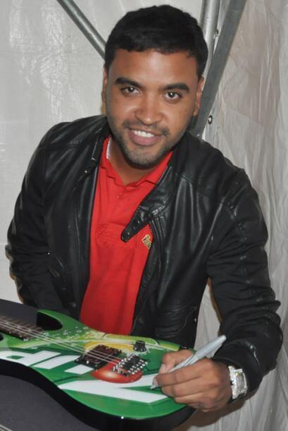 Zion llegando a la fiesta se aseguró de dejar su autógrafo en instrument...