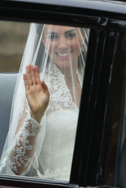 Kate Middleton saludaba desde el interior del lujoso auto.
