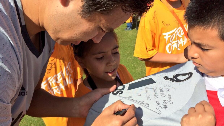 Erick Torres deja dedicatoria para un fan del Dynamo.