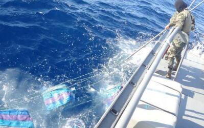 Militares recogen bultos de droga lanzados al mar