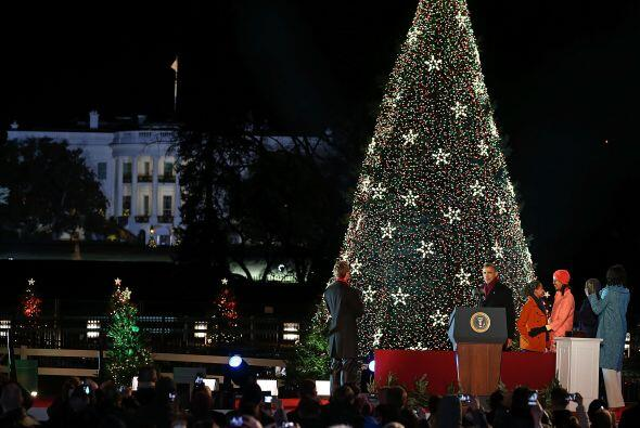 El árbol iluminado este jueves, siguiendo la tradición est...