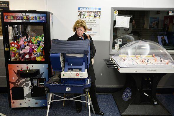 Sandy Anderson también vota en el Oakton Ice Arena en  Park Ridge, Illin...