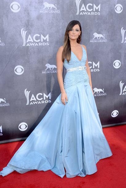 En un encantador y súper femenino vestido color azul pastel con c...