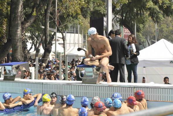 Phelps, de 25 años de edad, compartió su experiencia con p...