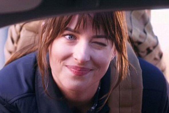 En el sketch Dakota da vida a una joven mujer que decide dejar la escuel...