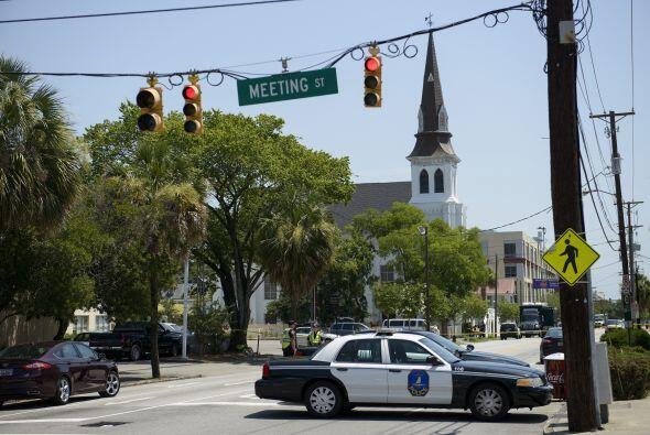 """Detrás del vehículo de la policía se ve la iglesia AME Emanuel. """"Seamos..."""