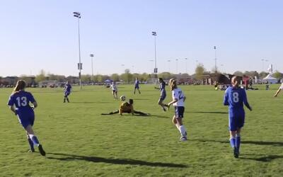 El increíble movimiento de un árbitro para no interferir en un partido d...