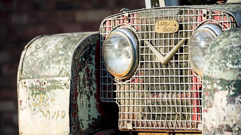 Frontal de una Land Rover Defender Serie I sin restaurar