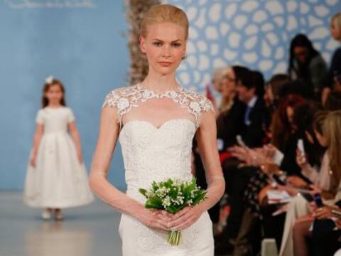 Oscar de la Renta sabe que la sencillez de sus diseños hacen a una novia...