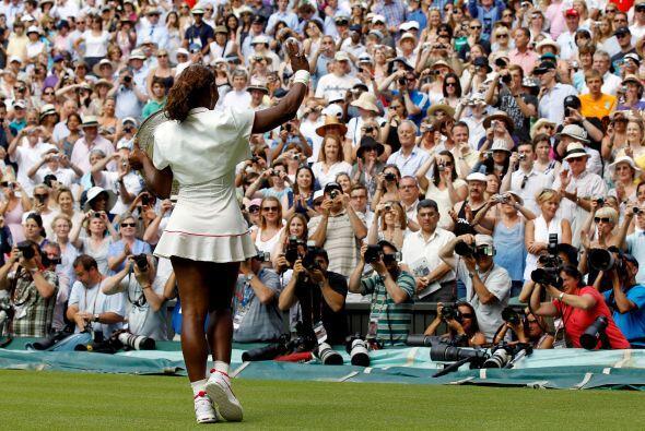 Arropada por la ovación del exigente público de Wimbledon,...