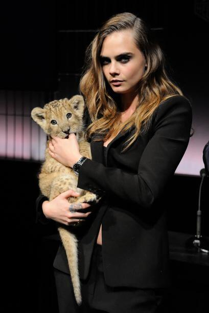 La súper modelo apareció con una cría de león en sus brazos para anuncia...