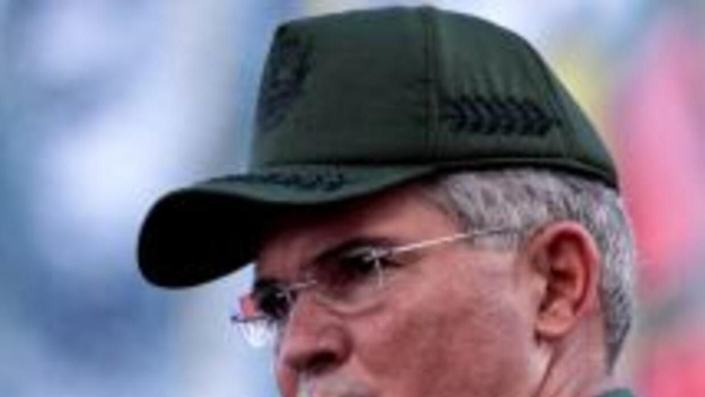 El ministro venezolano de Defensa, general Carlos Mata, respondió a los...