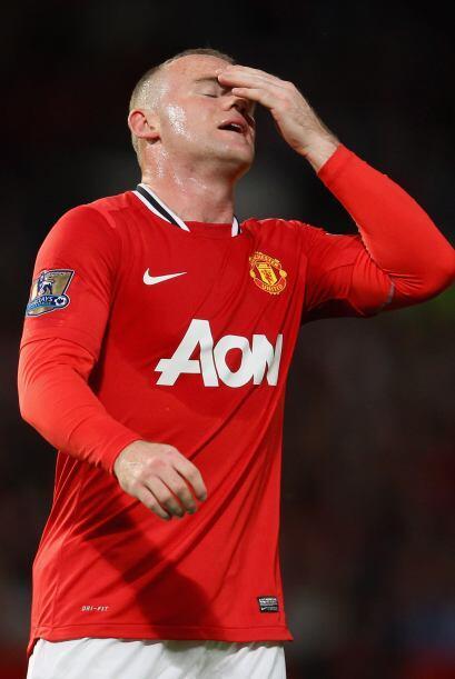Aquí vemos a Wayne Rooney lamentándose tras un fallo.