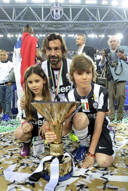 El ya histórico Andrea Pirlo con sus hijos.