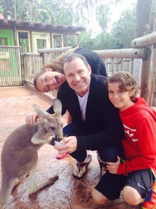 """""""Con mi familia en tampa! Aquí con Hannitah y Ale saludos a todosssss"""",..."""