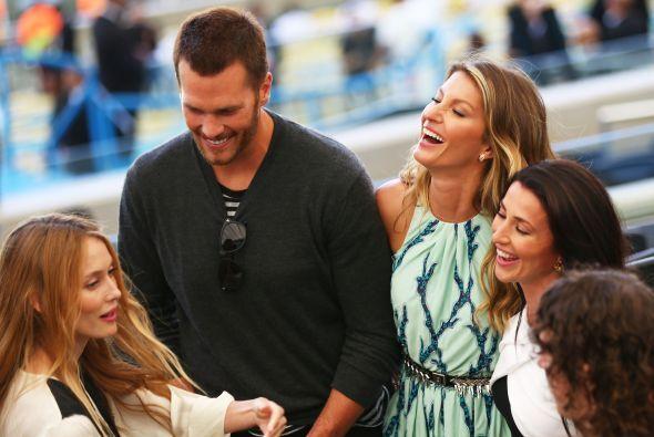 Tom Brady bromeando con Gisele antes del partido. Mira aquí los videos m...