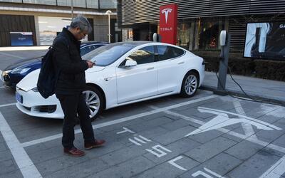 Una estación de carga de Tesla en Pekín, China.