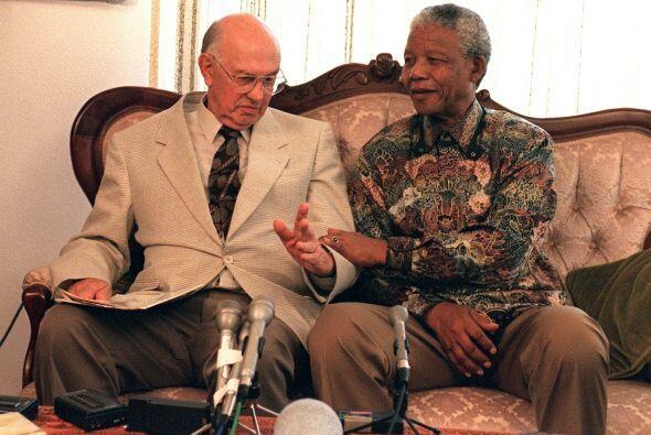 Mandela estrechó el brazo del expresidente Pieter W. Botha, cuyo...