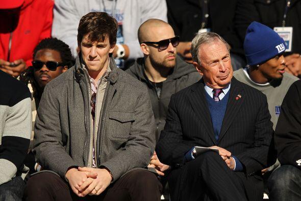 Eli Manning estuvo sentado al lado del alcalde de Nueva York Michael Blo...