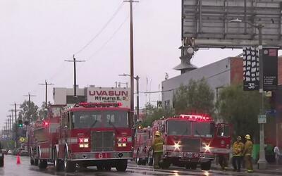 Decenas de bomberos combatieron un incendio que devastó un restaurante e...