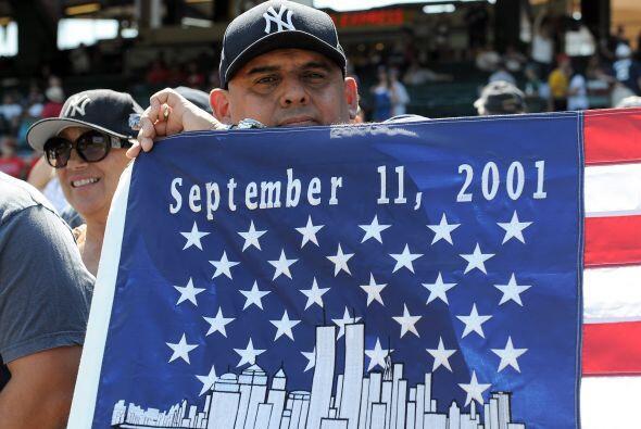 Banderas conmemorativas se hicieron ver por varios parques de pelota.