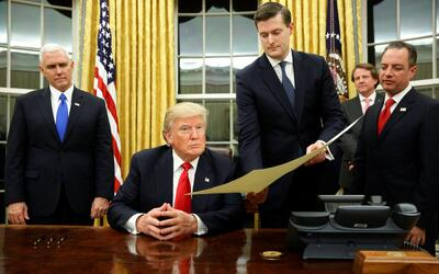 Donald Trump se prepara para firmar una orden ejecutiva en su primer d&i...