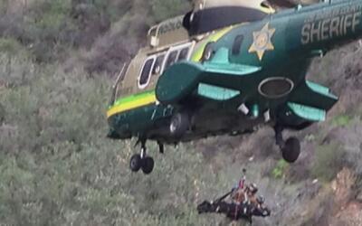 Impresionante rescate de un joven que cayó 30 pies por un barranco en la...