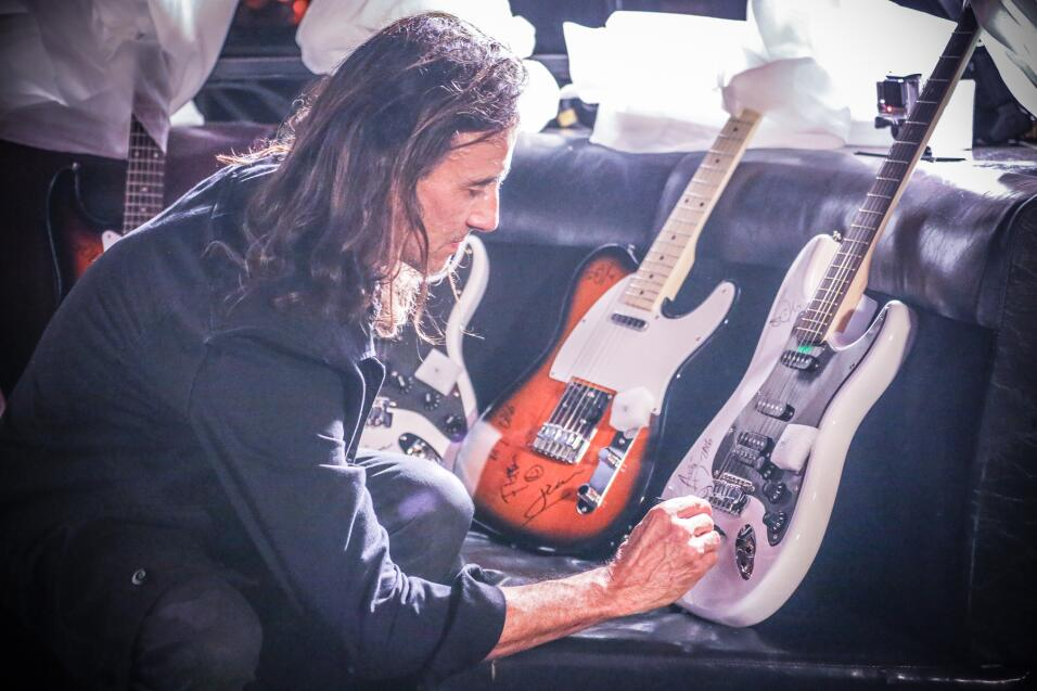 ¡La X te regala una guitarra autografiada por Maná! 1-20.jpg