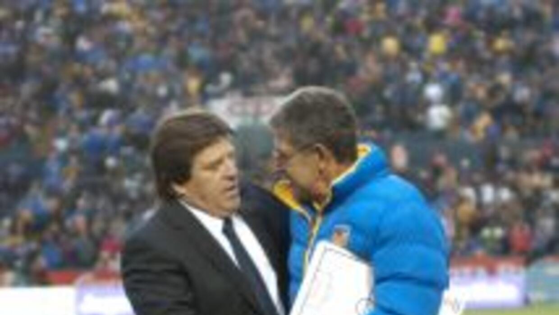 Miguel Herrera y 'Tuca' Ferretti se saludaron fraternalmente previo al i...