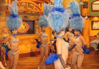 Estas bellas jovencitas son bailarinas del circo de los Hermanos Vázquez.