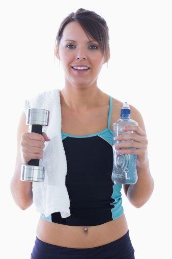 ¡Haz 'bíceps' con botellas de agua! Ahórrate las pesas y trabaja tus bra...
