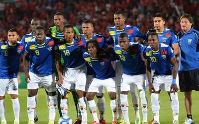 La selección ecuatoriana con uniforme azul, cuarta clasificada en las ei...