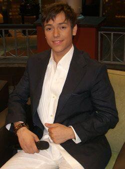 El cantante hace el lanzamiento de su carrera como solista.