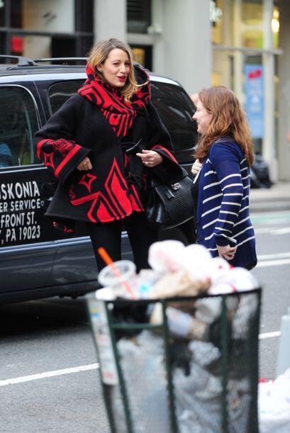 En esta ocasión la vimos usar un 'trench cloak' de lana, en color rojo y...