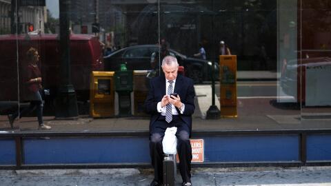 Un usuario consulta su celular en Nueva York