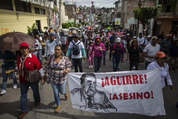 Asimismo protestaron contra el gobernador de Guerrero Ángel Aguirre, a q...