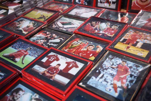 Las afueras del estadio estaban plagadas de imágenes y fotografías de la...