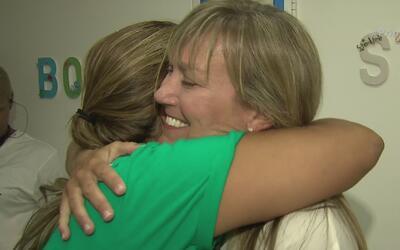 Maestra es recompensada tras años de ayudar a los más necesitados