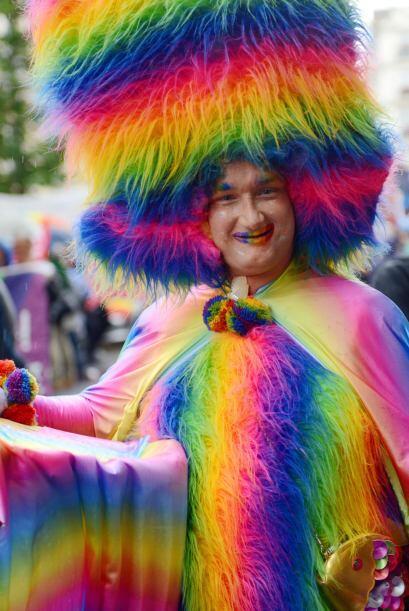 Como la de este hombre con una gran peluca de colores.