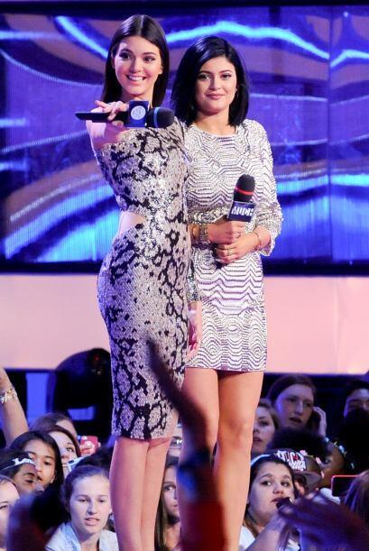 Más avanzada la noche, Kendall cambió su vestuario por algo menos revela...