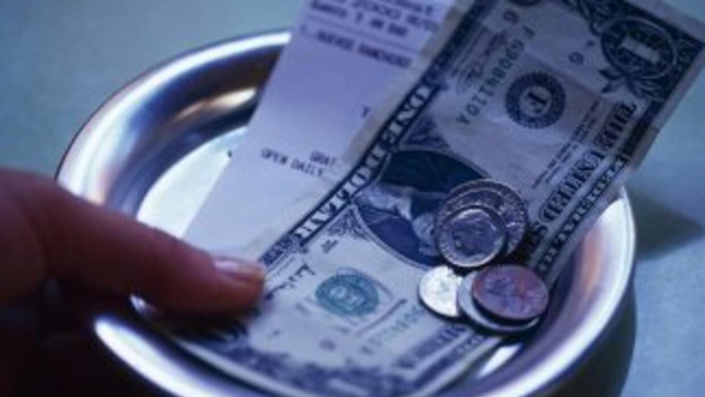El IRS te dice cómo reportar las propinas que recibes en tu trabajo.