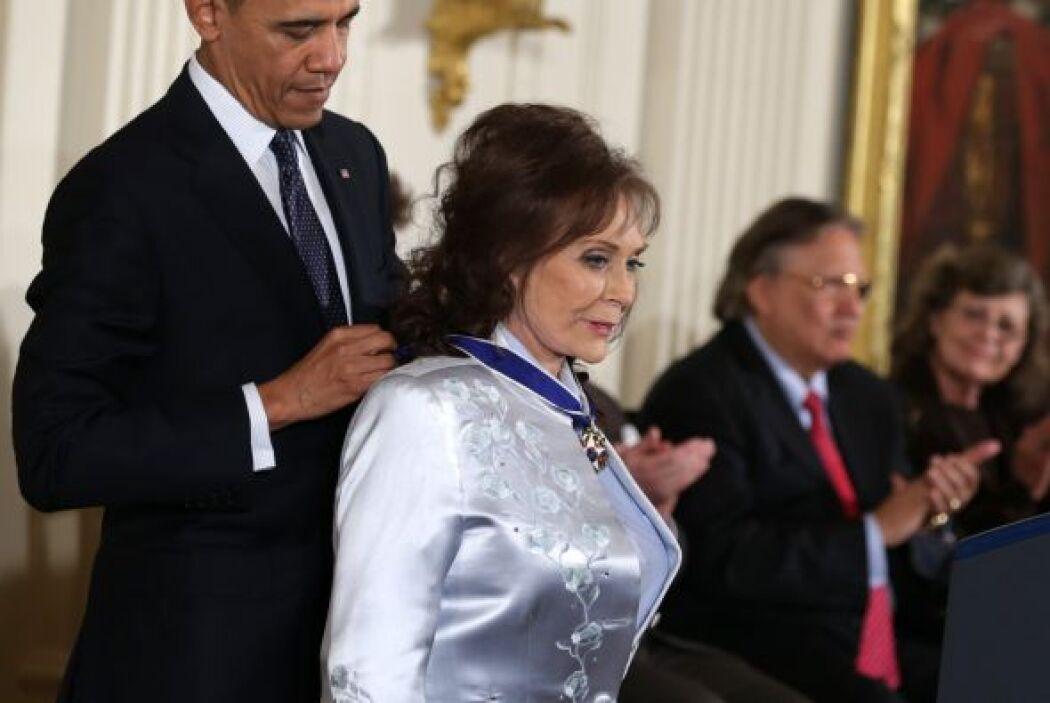 En la misma ceremonia también se le entregó el reconocimiento a Loretta...