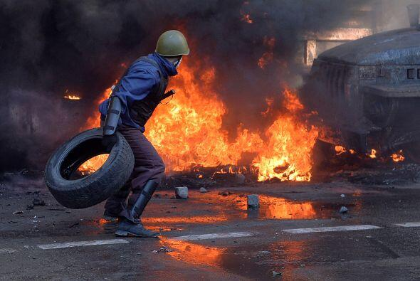 Los opositores alimentan el fuego con neumáticos y resisten el em...