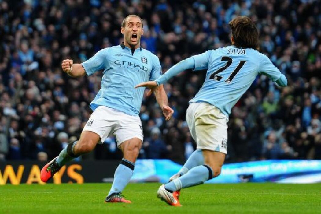 La defensa inicia justo con un futbolista de Manchester City, el argenti...