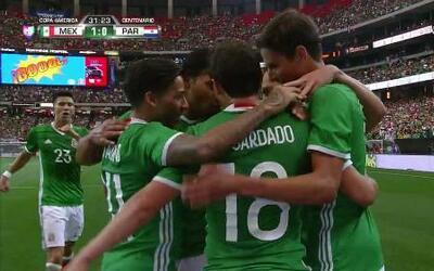 Goooolll!! Andrés Guardado mete el balón y marca para México