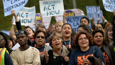 Inmigrantes indocumentados durante una protesta para pedirle al gobierno...