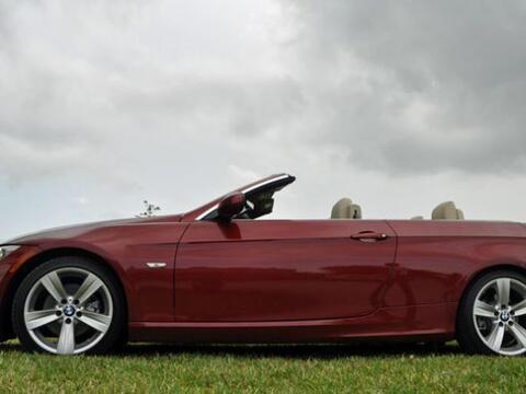 El BMW 318i Convertible 2011 está equipado con un motor de seis c...